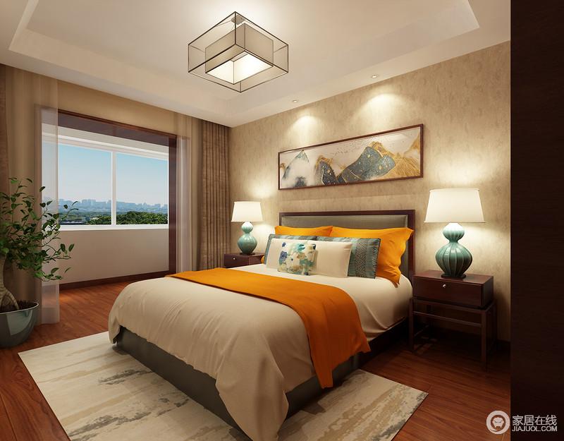 主卧室铺墙的壁纸色调朴实温雅,释放出的氛围宁静平和;床头装饰的黛山水墨画写意的呼应着靠包及地毯图案,与室外的绿意生机相辉映;一抹饱和度高的亮橙黄,以活力的色彩,为空间增添装饰性冲击力。