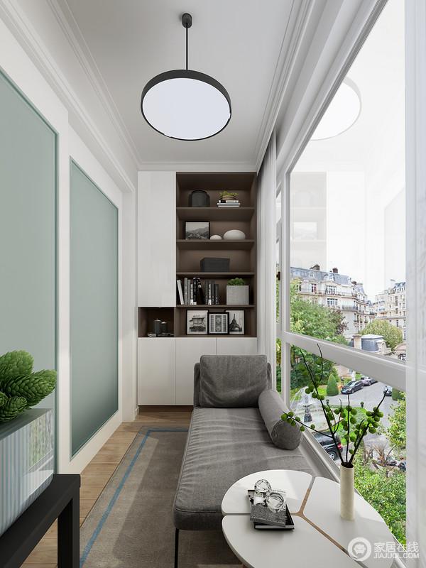 多层开放式书柜,合理利用了空间进行收纳,而且美观实用;虽然空间较为狭小,但是,却足够实用和温馨,灰色沙发搭配白色圆几,素雅而舒适。