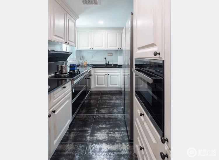 厨房运用复古深色地砖搭配白色柜门,L型功能台让窄小厨房更加井然有序。