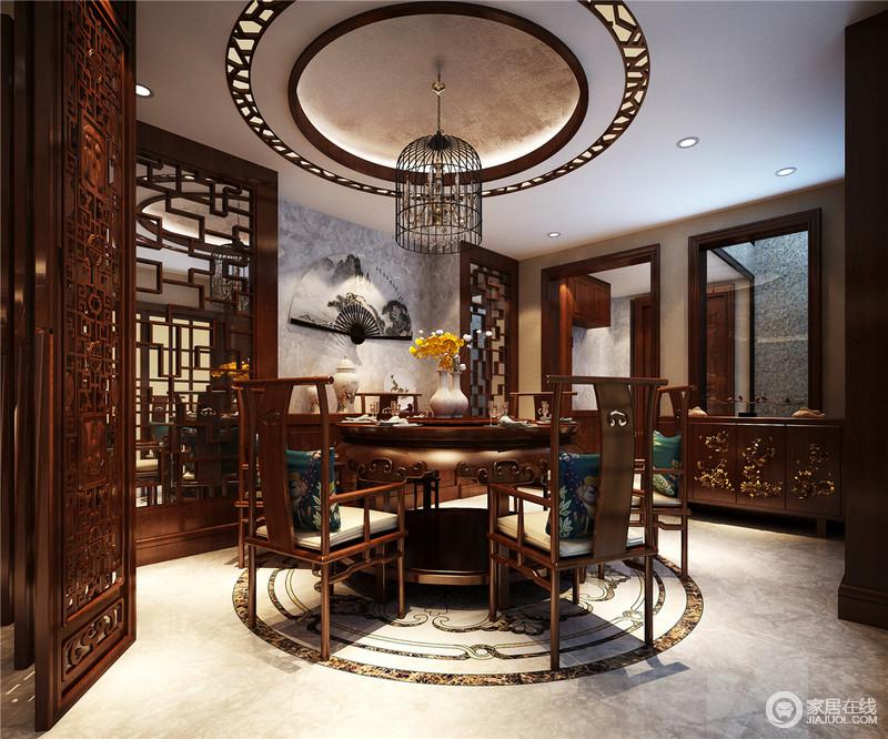 设计师凭着对中国文化的独到理解,推崇集含蓄和空灵与一体的禅意的境界。禅——虚灵宁静,质朴无暇,回归本真,是一种境界与生活态度,所以,你会发现空间借镂空地木雕和中式实木家具还原了一个具有中式底蕴的餐厅;折扇装饰或者笼形灯都在诠释中式文化,调剂出生活的趣意。
