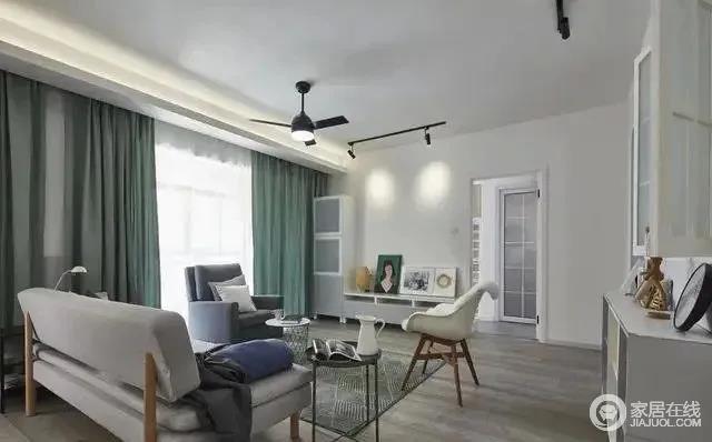客厅地板整体采用灰咖色调,搭配灰色的沙发,轻松营造出高级而又不失温暖的空间。