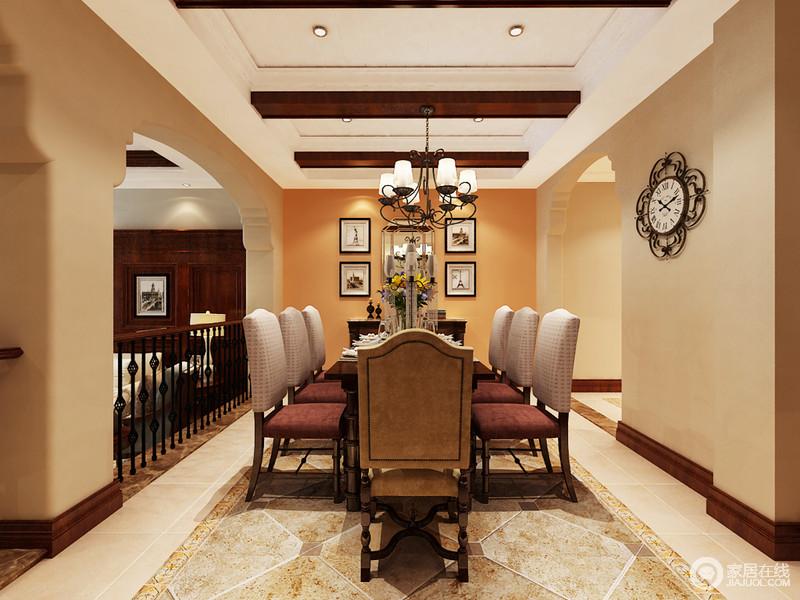 餐厅的吊顶以实木梁柱作强化,搭配美式铁艺吊灯彰显田园风气;橙色的立面给予空间色彩明快,画作和挂式作装饰方显得体,并与仿旧砖调和出空间的和气,美式家具的考究彰显复古奢贵。