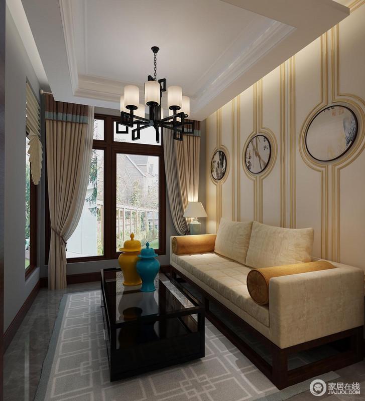 阳台上,设计师利用金黄色线条结合中式水墨画作,墙面呈现出典雅秀丽的装饰情调;同色系的米黄沙发柔软舒和,圆筒靠包与黑色玻璃茶几上的黄蓝陶瓷,及地毯上纹样,展现出古典文化底蕴。