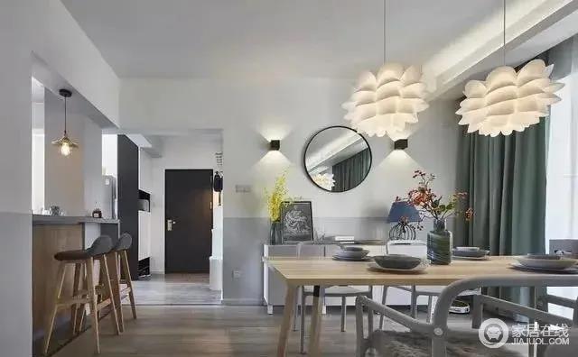 餐厅采用原木质地的餐桌搭配灰色铁质的座椅更显得空间开阔;毛绒绒的坐垫提升质感,餐厅的吊灯与壁灯充满了艺术感,个性十足。