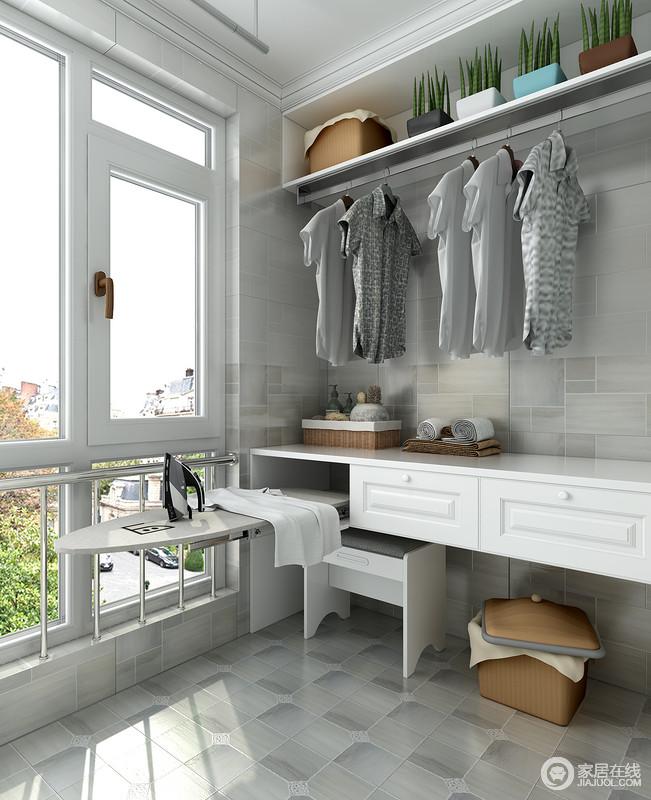 开放式衣物挂放搭配折叠式熨衣板的设计是最佳的组合方式,方便熨烫整理衣物及收纳,不仅合理的利用了空间,还显得干净整洁。