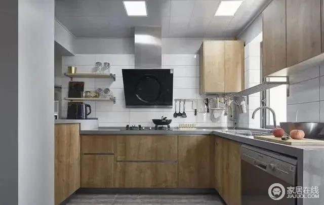 厨房地面同客厅区的复古灰地面,白色的瓷砖墙面搭配原木色的橱柜,彰显简洁利落的气质。