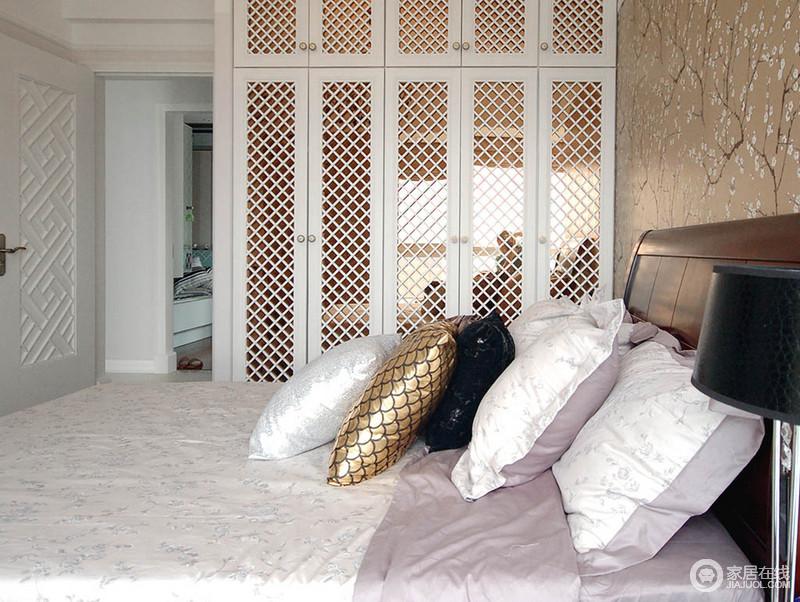 卧室虽然线条设计上较为简单,但是别出心裁的设计足以让生活温馨;定制得衣柜以镜面和菱形柜面演绎设计之美,也实现了收纳美学;驼色花景图的背景墙温雅,搭配黑色台灯和柔和的软装,成就着舒适和温馨。