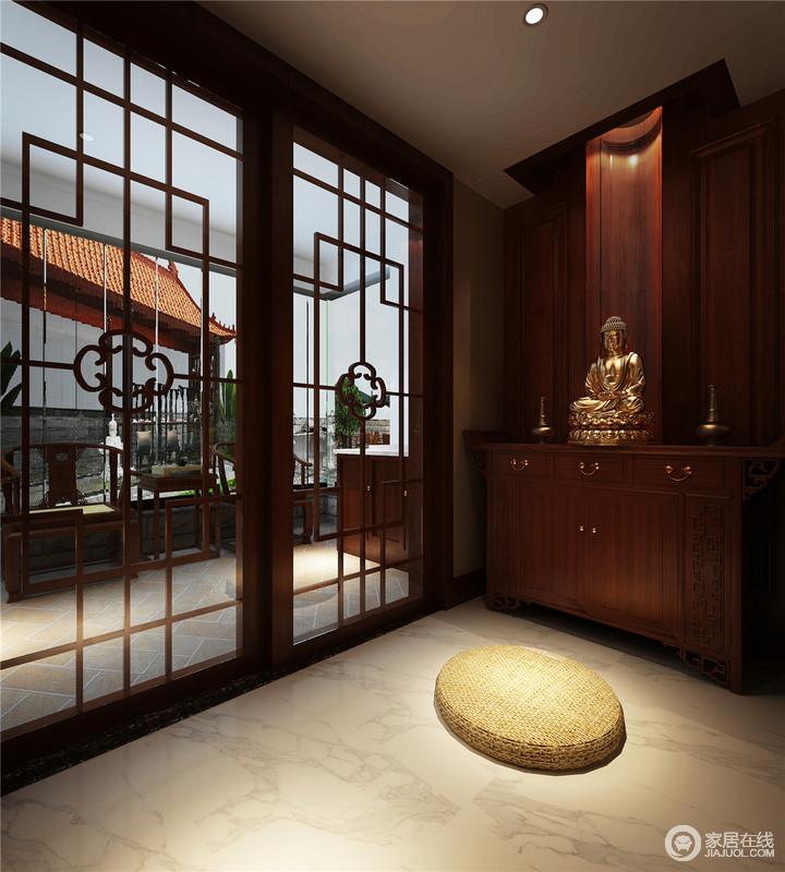 整个空间虽然设计线条上比较现代,但是推拉门和中式元素的运用,还是让空间中式意象语言浓重,营造出浓郁的中式空灵与原始的淡泊禅意气息;看似佛堂的设计,凸显了主人对宗教信仰的重视。