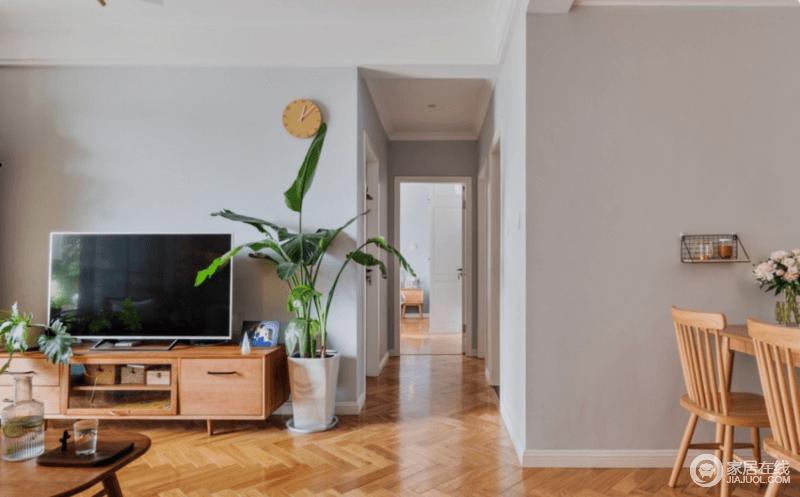 客厅用石膏板吊平顶,安装石膏线条,弱化过梁的压抑感,也保证了过道的高度空间;白墙搭配原木家具,绿植点缀期间,形成自然之新。