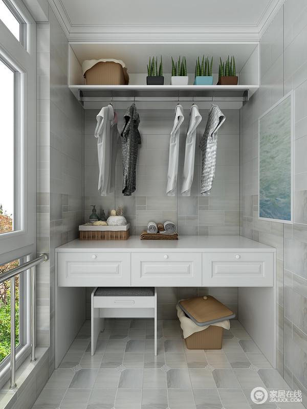 根据空间大小做了定制设计,吊柜和悬挂桌以实用为主,同时,以几何的设计做了功能上的细分,让生活更精致。
