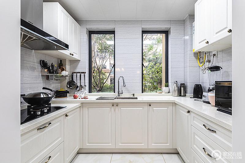 两扇开窗,米白橱柜,灰色墙砖等这几个元素的组合让空间不但有了充足的光线,更是看上去延伸了视觉范围,再加上橱柜的收纳设计,让空间规整而实用。