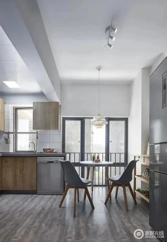 厨房内部有一个小型餐桌,方便主人就餐,白色圆环吊灯在视觉上营造出安静与灵动的感觉。