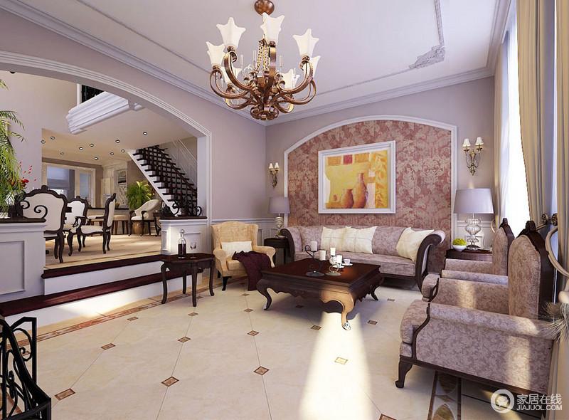 客厅以浅灰色粉刷立面,并在吊顶上作了雕花设计更显复古;方拱形背景墙上红色的繁华壁纸与沙发的纹样具有复古之美,营造浓重的年代感;从黄铜壁灯到台灯以对称的方式,表达和谐,让空间氛围更为温馨。