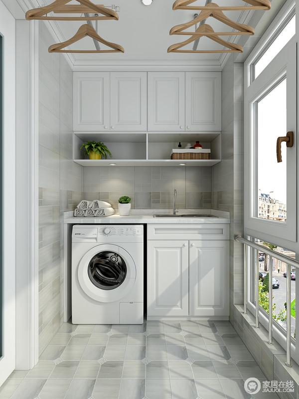 洗衣机收纳柜,在满足洗衣机放置的前提下,上部空间的吊柜可储放清洁剂、洗衣液一类的物品,整齐划一,不显零乱。右侧的清洁工具柜利用墙面的空间进行收纳。