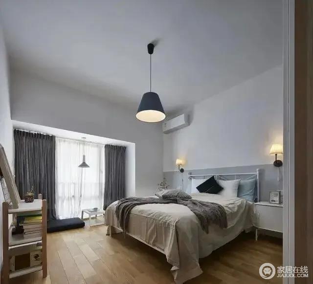 主卧的主体色彩整体采用白色,大面积的墙面和原木色的地板,这样的卧室设计简约但不单调,给人一种平静而安稳的感觉。
