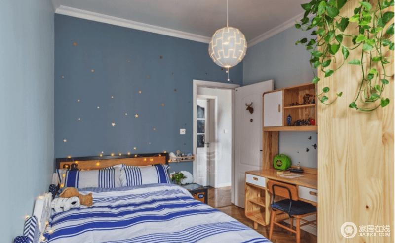 儿童房全部采用成品家具,以后可以进行灵活机动的调整,原木的质感让生活更为温实,蓝白相间的床品给空间带来蓝色优雅,同时,充满了灵动。