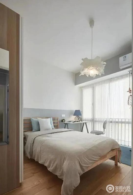 次卧的设计则更加小清新,主题色彩更加轻松明快,绿色的抱枕和丝绒质感的小地毯则作为一抹跳色,点亮整个卧室空间,更加富有质感。