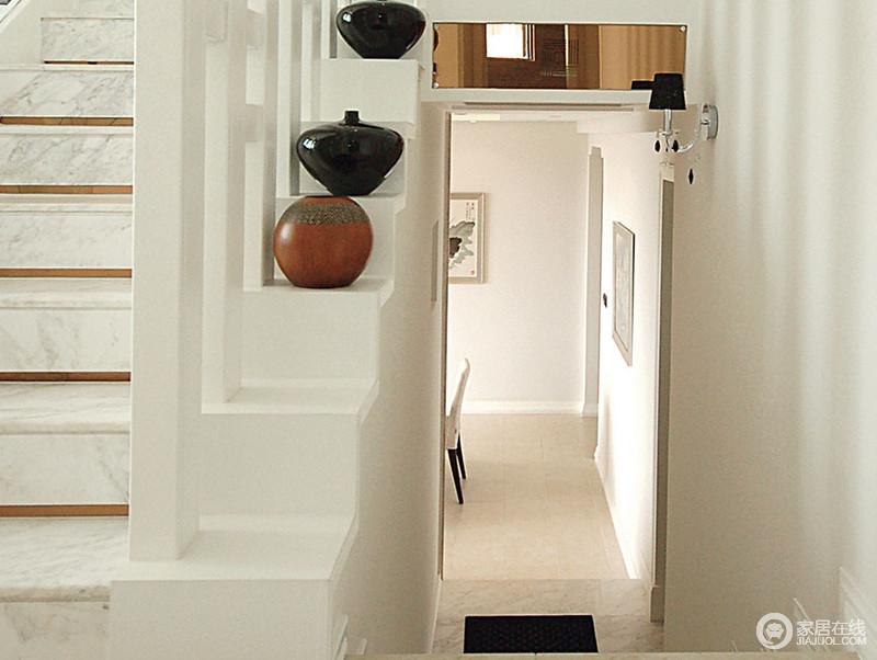 楼梯起到关联空间的作用,层叠的设计凸显了空间的结构层次,再加上器皿的点缀,陈列着生活美学。