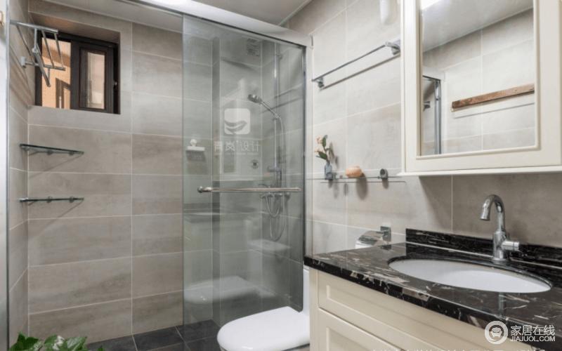 卫生间通过淋浴间隔断进行了干湿分离,比浴帘更具有挡水效果,再也不怕水花飞溅;乳灰色的砖石让空间就有朴质感,让生活多了份原始的粗粝。
