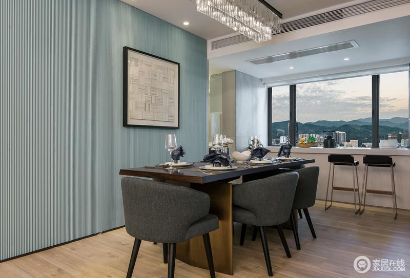 小空间也有精美的一瞥,正如将窗台打造为吧台,可以坐着欣赏窗外的重峦叠嶂;蓝色细纹壁纸清澈而湛蓝,减轻了黑色餐桌与布艺餐椅的太过庄重,呈现餐厅的清秀与豁达。
