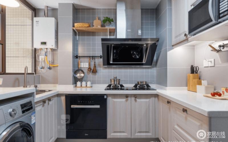 厨房与生活阳台连通,扩大了厨房面积;厨房隔板更多是放置不常用的厨房物件,并具有一定装饰功能。灰蓝色小方砖搭配灰色砖石,层次间,让墙面写照出北欧生活的自然,原木橱柜搭配白色台面,构成家的朴质和实用。