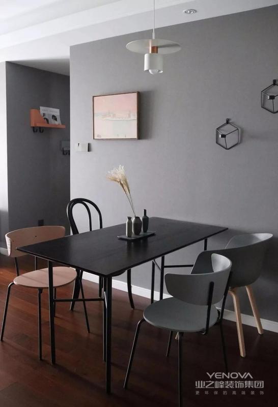 黑色家具可以很好的压住地板的色调