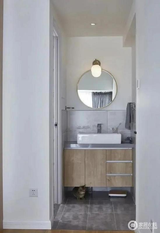 浴室与盥洗池分离的设计避免了多人洗澡洗漱的尴尬,镜柜一体的原木色浴室柜加之下方的壁龛作为收纳区,方便实用。