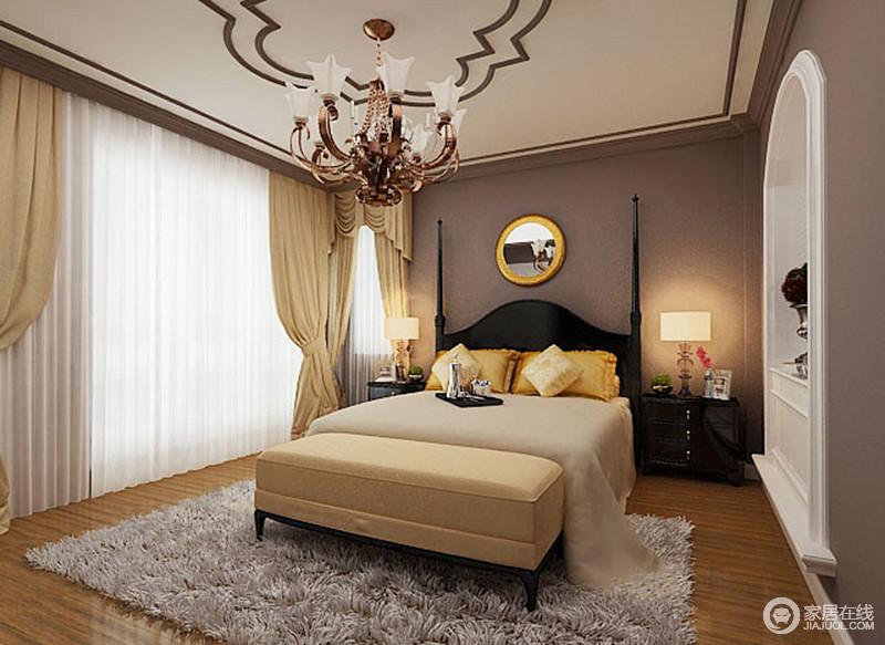 卧室的吊顶选择奥利奥夹心的色彩来强调造型,让原本花形的设计更显精致,当然了墙面的灰色漆与吊顶具有整体性和色彩对比,让空间更有节奏;美式高柱床足显质感,与床头柜呈一体式搭配,而米色系布艺调和出温和,十分温馨。