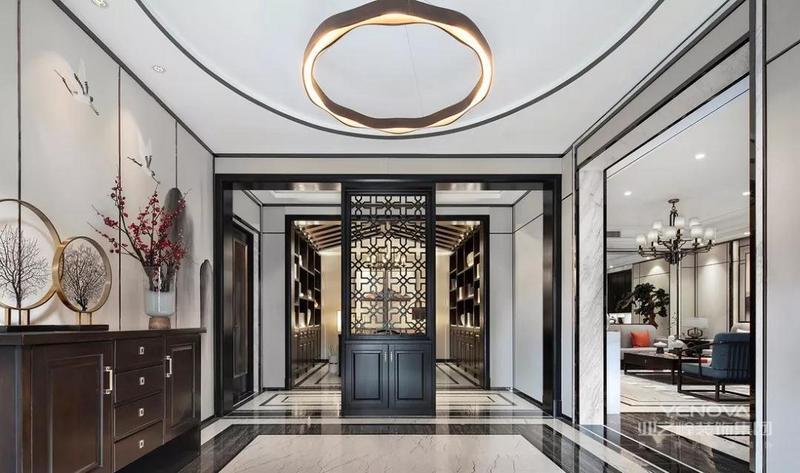 门厅装饰物并不多,水墨画意境深远广阔,几缕梅香最可人,大部分留白更显雅致气派。