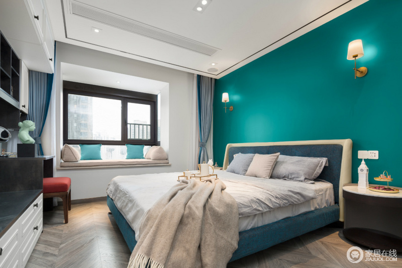 卧室以孔雀蓝粉刷墙面,结合壁灯,让空间足够和谐大气;柔和的床品装饰空间,为空间带来柔和,更是温馨舒适了不少。