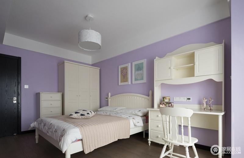 紫色的墙面颜色,搭配白色的家木质家具,打造清新的卧室空间,梦幻之中,让生活更为舒适。
