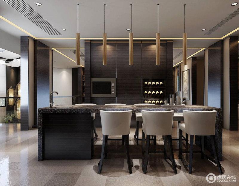 纹络恣意的大理石材质使吧台充满了厚重质感,搭配木腿米灰色高脚椅、金属线灯,营造出优雅低奢且休闲的氛围。褐色实木隔断架,也作酒具的藏储架。