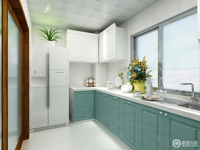 厨房L型布局解决了空间上的局限,更为紧凑;蓝色橱柜和白色台面组合,十分清新,改变了以往的厨房的格调,让生活愈加精致。