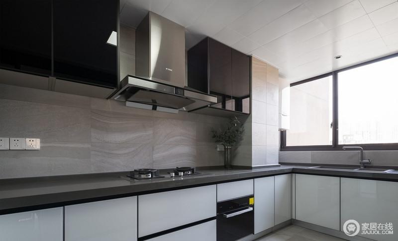 厨房采用光滑的烤漆材质,有充足的工作表面和储存空间,美观实用、易于清洁。
