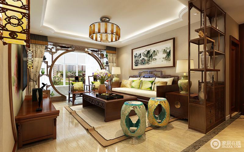 客厅从选材上就奠定了空间的色彩,米色砖石搭配米色漆,并因暖黄色光线的晕染,造就空间温和;新中式门框强化了结构感,搭配新中式家具,尽显东方之韵带来的温馨。