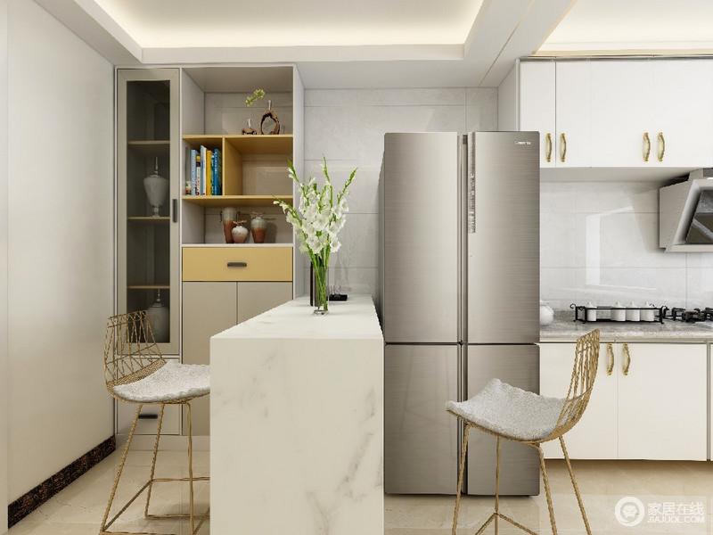 墙地面和家具陈设,乃至灯具器皿等均以简洁的造型、纯洁的质地、精细的工艺为其特征,尽可能不用装饰和取消多余的东西,利用吧台将两个空间关联起来,构成空间的大气和时尚。