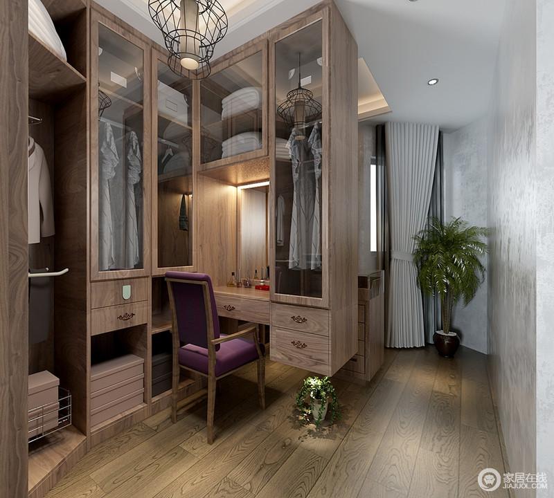 衣帽间的格局并不规整,设计师因势导利的安排衣柜,拙朴的实木柜分格分层,使收纳齐整有序,并巧妙的规划出梳妆台,空间表现的功能性特别强。