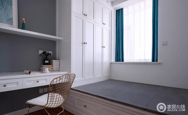 现在的客房兼书房,未来如果有了二宝便成为一个儿童房,可谓多功能兼备;榻榻米设计,与书桌、衣柜俱全,充足的储物空间,实现最佳的功能性需求;白色定制柜与灰色床品、蓝色窗帘,调和出端庄,而金属单椅无疑注入了现代轻奢,也正是因为业主的创意,让整个装修过程变得分外顺利和有趣。