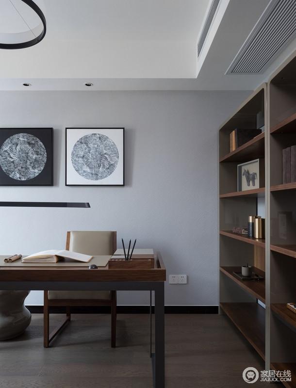 书房大量木质材料的使用能够让空间看上去舒适又大气沉稳,朴质的设计,无疑给生活带来一种踏实;黑白色的挂画给予空间抽象,延续内敛的文艺气息。