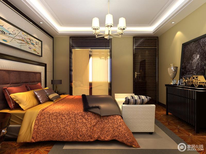 卧室用深色系营造出成熟沉稳的空间基调,双人床上床品色彩热烈,打破空间冷峻的色调,搭配出温暖热情的雅致。边柜的造型和摆件,充满了复古小资的味道。