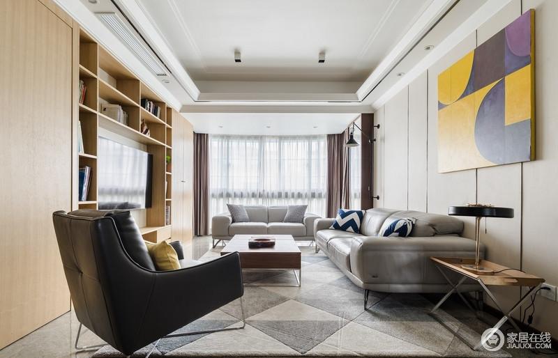 设计师为顶面选择了干净的白色,有一种虚室生白的古典淡泊,但配上黑色亚光的钛合金之后,又增添了一抹时尚的色彩。