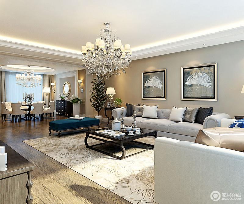 空间以黄色漆为墙面粉刷出了明快,金属框的植物挂画装饰出自然艺术;驼色地毯缓解了灰色沙发的单调,并以蓝色长凳作搭配,素净之中,表达雅致。