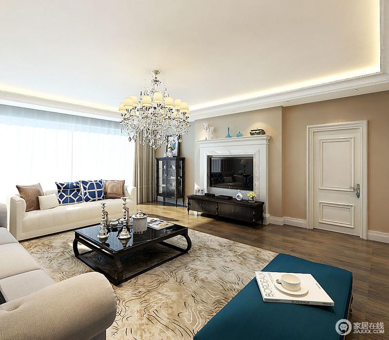 客厅线条简洁利落,以黄色漆粉刷空间,与原木地板奠定了温馨的气氛;壁炉造型的电视背景墙以白色为主,搭配黑色电视柜、边柜演绎黑白大气;驼色金线衬托着沙发组合,色彩反差之余,造就得体。