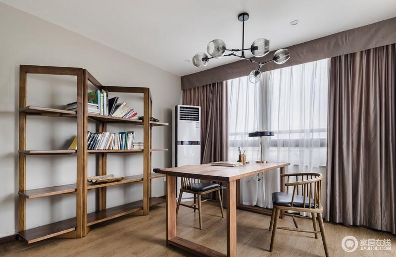 浅灰色的墙面并没有让空间暗沉下来,反而与咖色窗帘构成一种对比之美;木地板和书桌、书柜打造了一种让人享受的的宁静的氛围,却充满了文艺朴质。