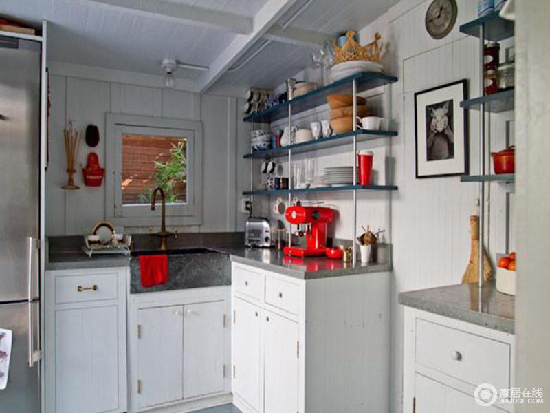 厨房因为面积的缘故,极尽功能之需,以强收纳让小空间更实用;微形L型橱柜精巧,并因为白色实木橱柜和黑色大理石台面显得整洁大气,收纳架不仅减少了拥挤感,瓶瓶罐罐罗列着生活的小温馨。