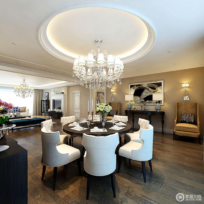整个餐厅以白色脚线与淡黄色的墙面强化古典摩登,墙面上的挂画和边柜成为中心,壁灯、台灯和两把新古典黄色扶手椅以对称陈列的方式表达和谐和雅致,为整个空间带来了色彩与贵气。