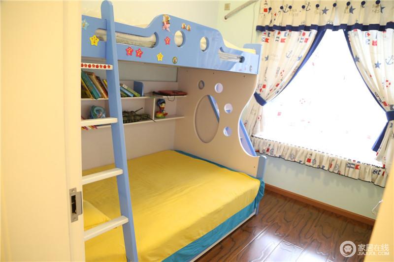 儿童房用色主要采用了代表着太阳的黄色和蓝天的蓝色,再加上可爱的窗帘,给孩子营造了一个快乐成长的空间。
