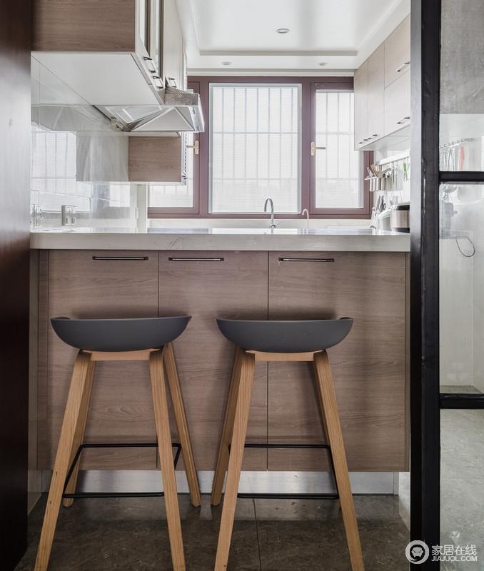 厨房用白色大理石台面和深木色组成吧台,简单之中蕴藏着实用美学;整体色调过渡自然,看起来也简单整洁,而北欧吧凳让整个空间足够时尚。