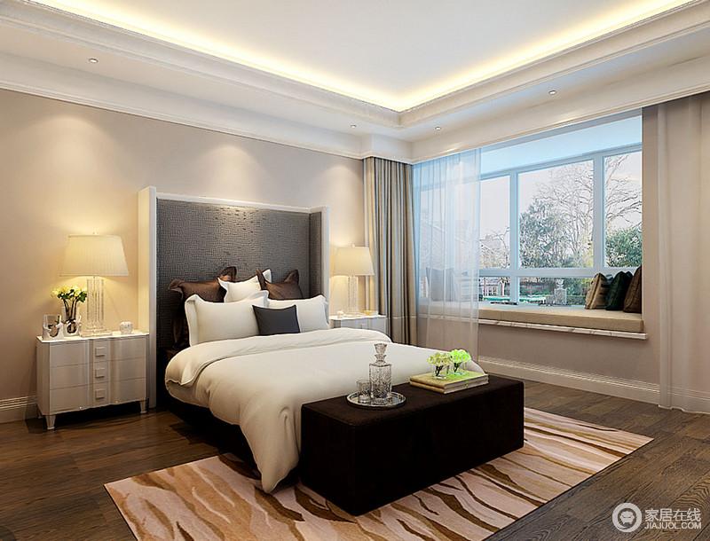 卧室因为石膏吊顶框建出了简洁地几何造型,并与飘窗的线条形成一致,十分利落,飘窗台面选择咖色布艺,与窗帘渲染安暖;新中式床头给人踏实,与旁侧的白色床头柜十分匹配,而床尾凳的黑褐色与之形成对比,层次之间更显大气,再加上白色床品与咖色条纹地毯的动静结合,令空间温馨舒适。