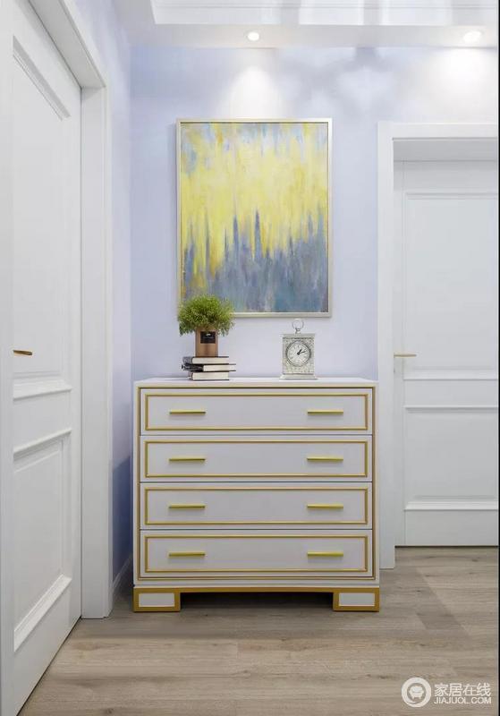 过道尽头的端景柜,摆上一些精致的装饰品,时尚又很有格调。搭配一幅绚丽的油画,让人眼前一亮。